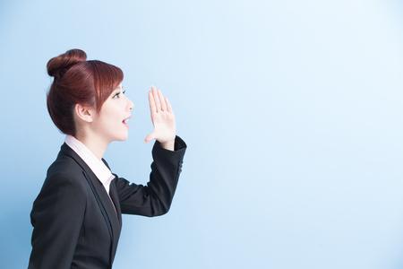 recursos humanos: mujer de negocios es gritar con aisladas sobre fondo azul, asiático