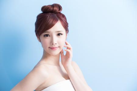 Schönheit Frau Lächeln Ihnen auf blue isoliert, asiatisch