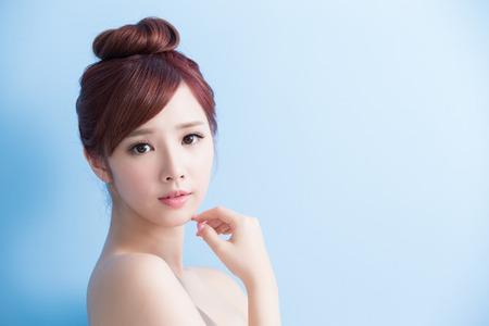 美容皮膚医療女性は花束、アジアで孤立する笑顔します。 写真素材