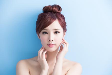 beauty: Beauty Hautpflege Frau Lächeln Ihnen auf blue isoliert, asiatisch