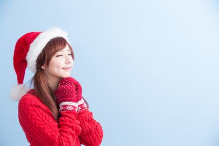 navidad niña de belleza pedir un deseo con el sombrero rojo y tela aislada en el fondo azul, asiático