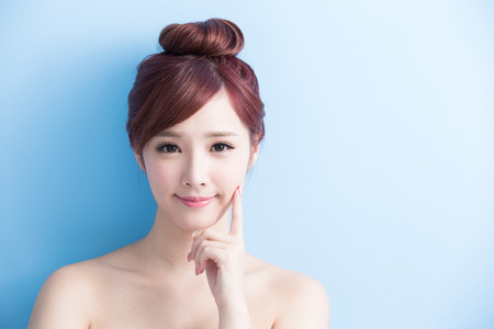krása žena úsměv na vás izolovány na bluebackground, asijský