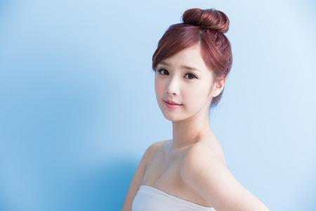 Schönheit Frau Lächeln Ihnen auf blue isoliert, asiatisch Standard-Bild - 65008898