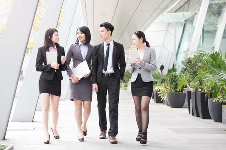 기업인들이 홍콩에있는 사무실에서 이야기 스톡 콘텐츠