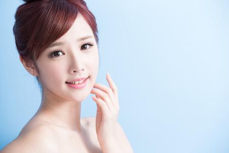 beaut?: beauté femme sourire à vous isolé sur bluebackground, asiatique