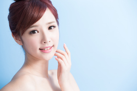 美容: 美麗的女人微笑著給你bluebackground隔離,亞洲