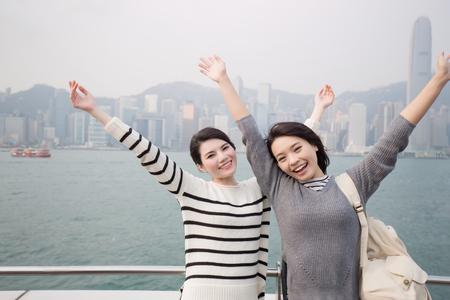Dwie kobiety piękna czują się swobodnie i podróżują w Hongkongu
