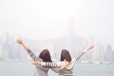 Twee schoonheidsvrouwen voelen zich vrij en terug naar u in Hongkong Stockfoto