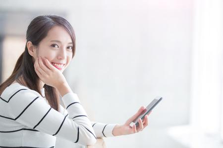 krása žena použití telefonu a dívat se vám úsměv šťastně v Hongkongu