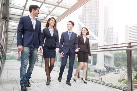 zakenlui die in bureau in Hongkong samenkomen