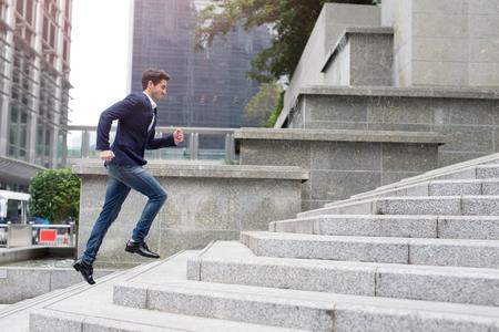Hombre De Negocios Formal Corriendo Las Escaleras Para Coger