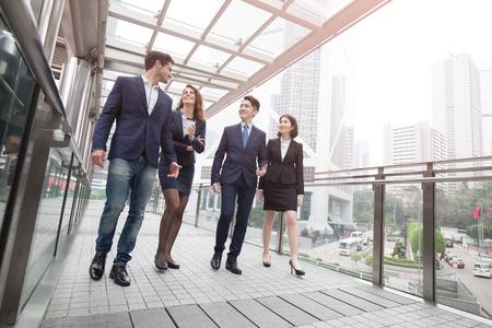 香港事務所で会議の実業家