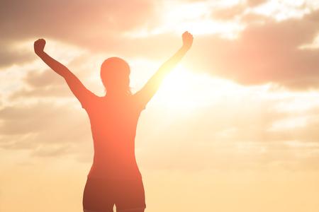 Silhouette de femme prie avec la lumière du soleil Banque d'images - 66848336