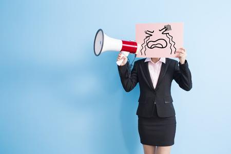gente comunicandose: mujer de negocios tomar grito cartelera y micrófono, fondo azul aislado