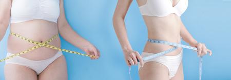 Mujer con sobrepeso grasa y mujer delgada toman cantidad gobernante cintura aislada sobre fondo azul, asiático Foto de archivo - 66990586