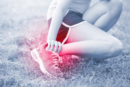 le sport femme blessure à la cheville dans le parc, idéal pour votre conception