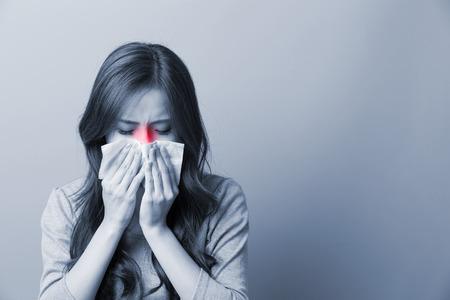 Kobieta łapie przeziębienie, asian