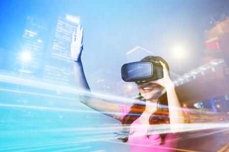 행복 한 여자의 이중 노출 가상 현실 개념에 대한 VR-헤드셋 안경을 사용하여 스톡 콘텐츠