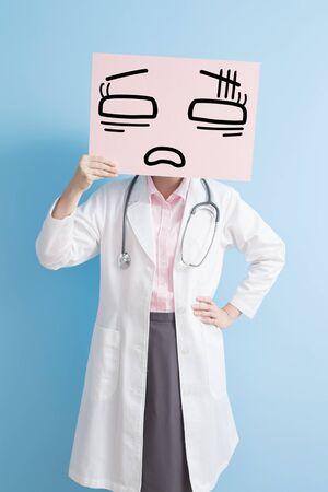 médico de la mujer muestra la cartelera cansado para usted