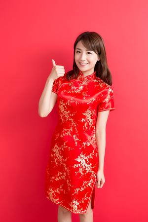 beauté femme porter cheongsam et le pouce avec le Nouvel An chinois