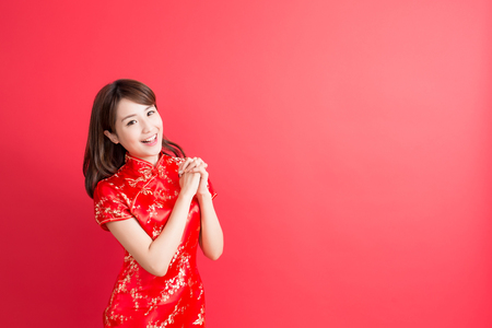 beauty woman wear cheongsam and show something to you in chinese new year Archivio Fotografico