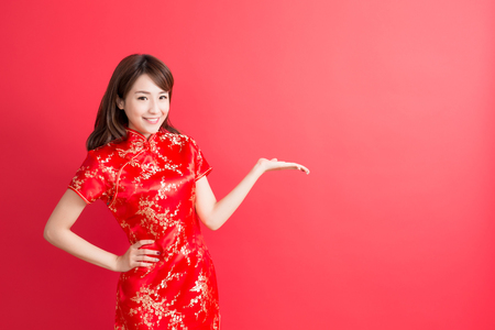 beauty woman wear cheongsam and show something to you in chinese new year 스톡 콘텐츠