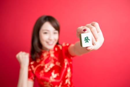 felicitaciones: la belleza del desgaste de mujer cheongsam y espectáculo de mahjong para que en el año nuevo chino