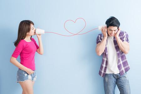jong stel met een blikje telefoon geïsoleerd op een blauwe achtergrond