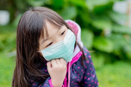 Niedliche kleine Mädchen kalt Verschleiß Maske bekommen, asiatisch Standard-Bild - 71987911