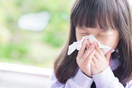 Kleines Mädchen kalt und ihre Nase wehen, asiatisch Standard-Bild - 72096047