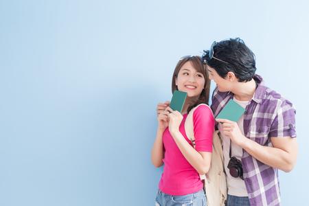 若いカップルが旅行し、パスポートを取るに行く 写真素材