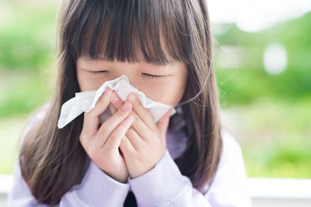 meisje koud en blaast haar neus, Aziatisch