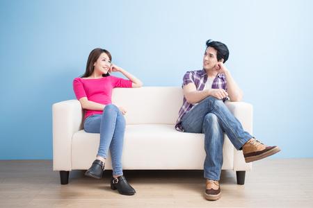 若いカップルに見える青い背景のどこか 写真素材