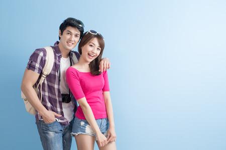 młoda para udaje się w podróż i radośnie się uśmiecha Zdjęcie Seryjne