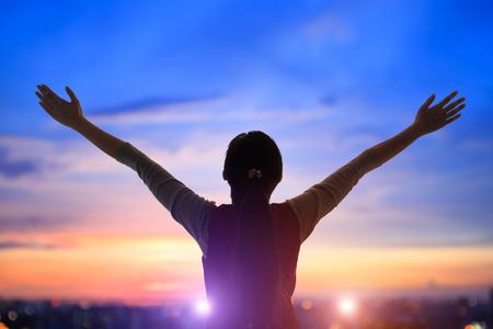 Junge Frau beten fromm mit Sonnenaufgang, asiatisch Standard-Bild - 73970530