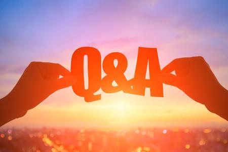 silhouet van de hand neemt q en een woord met zonsondergang Stockfoto