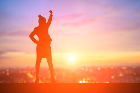 silhouet van het bedrijfsleven vrouw voelt opgewonden met zonsondergang