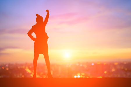 Silhouette di donna d'affari si sentono eccitati con il tramonto Archivio Fotografico - 76181421
