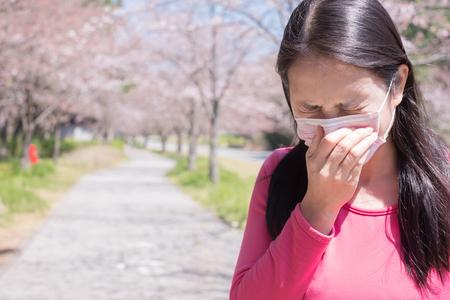 femme ressentir la douleur et porter un masque avec le rhume des foins Banque d'images