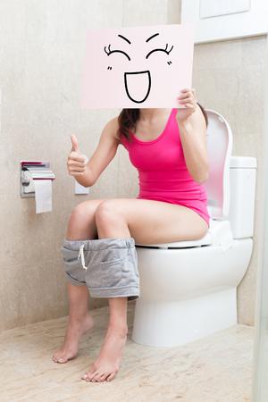 Vrouw nemen glimlach aanplakbord en duim omhoog in de badkamer