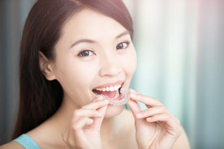 Schönheit Frau Lächeln glücklich mit unsichtbaren Zahnspangen Standard-Bild - 76581377