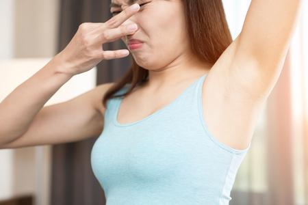 Asiatica donna di bellezza con il problema di odore del corpo Archivio Fotografico - 76856383