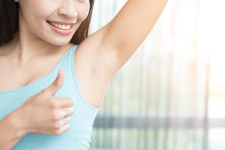 아시아 아름다움 여자와 몸의 냄새 문제 스톡 콘텐츠