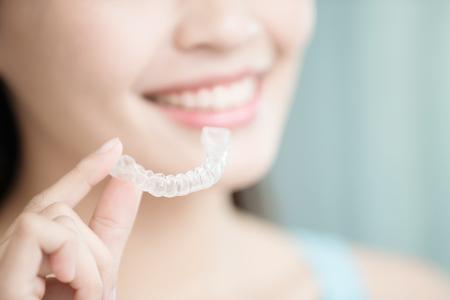 Schönheit Frau Lächeln glücklich mit unsichtbaren Zahnspangen