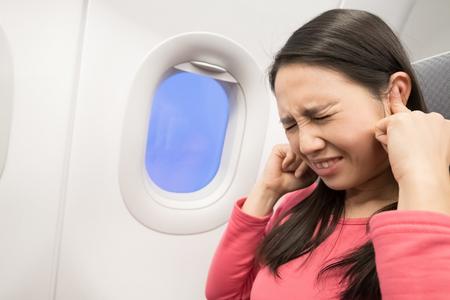 중간 나이 든 여성들이 비행기에서 이명을 느낀다.