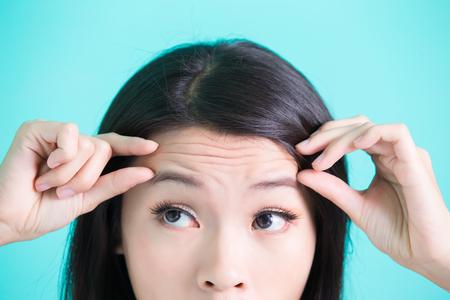 緑の背景にしわの問題と美容スキンケア女性 写真素材