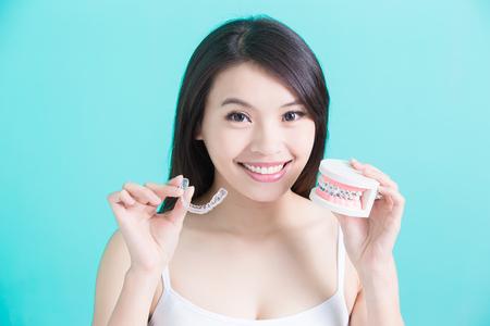 žena volba různé ortézy na zeleném pozadí Reklamní fotografie