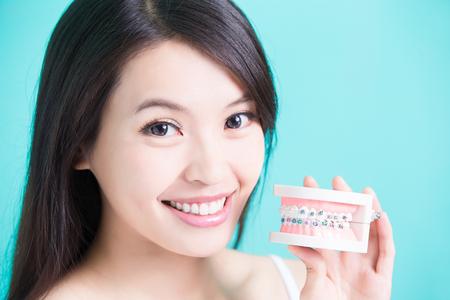 Vrouw met bace tand model op de groene achtergrond