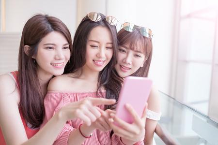 les femmes selfie et sourire joyeusement dans le centre commercial Banque d'images