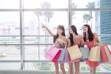 voyage: beauty women take shopping bag and show something in mall Banque d'images